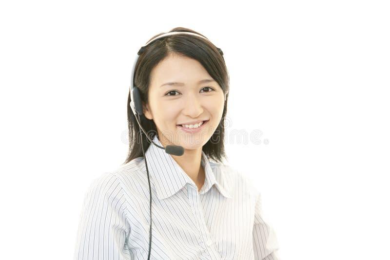 Glimlachende call centreexploitant stock afbeeldingen