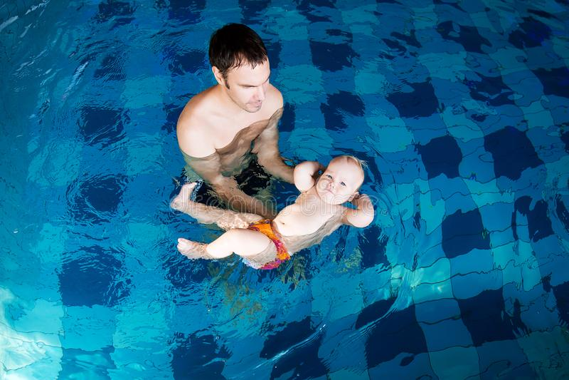 Glimlachende charmante baby in zwembad royalty-vrije stock foto