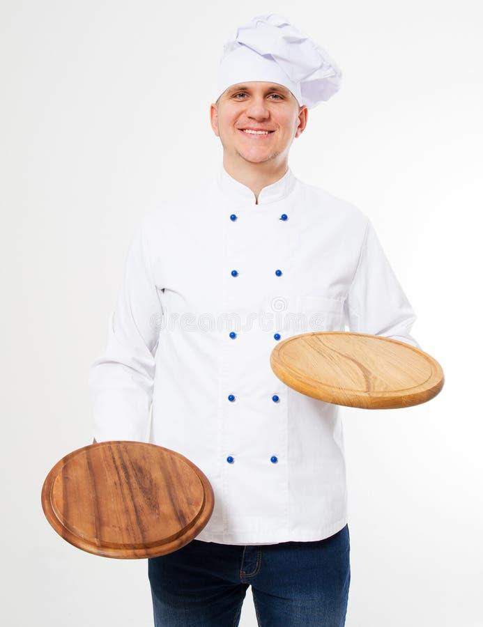 Glimlachende chef-kok die lege die pizzaraad houden op witte achtergrond wordt geïsoleerd royalty-vrije stock foto's