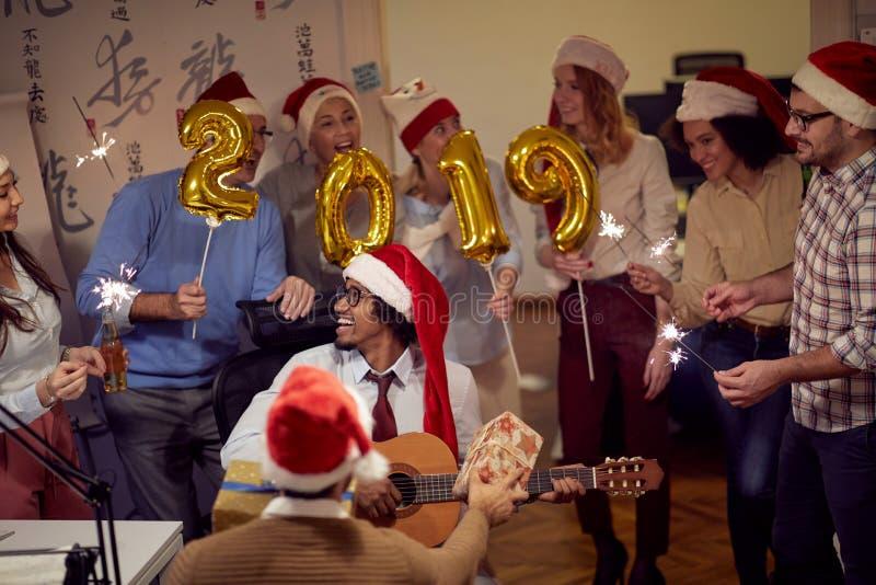 Glimlachende commerciële groep die pret hebben bij nieuwe jaarviering royalty-vrije stock afbeeldingen