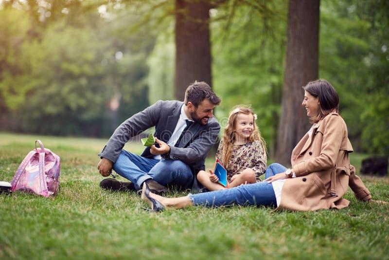 Glimlachende commerciële ouders met een jong geitje in park royalty-vrije stock foto's