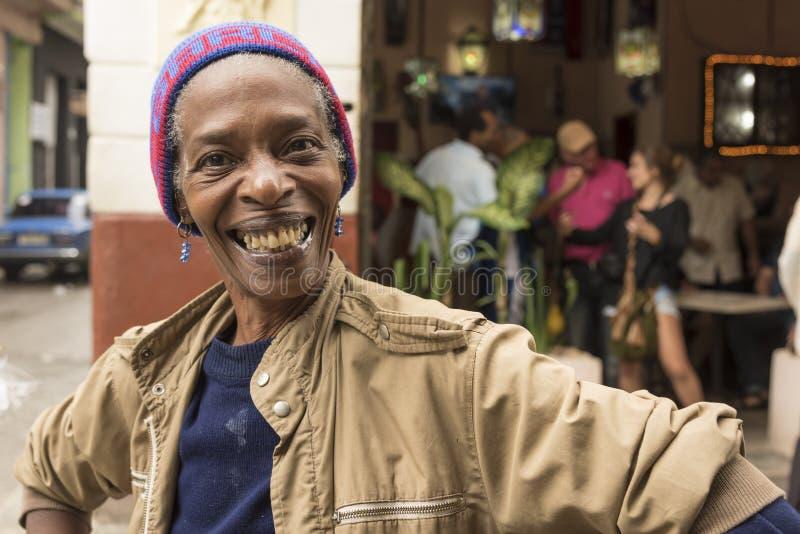 Glimlachende Cubaanse vrouw Havana royalty-vrije stock fotografie