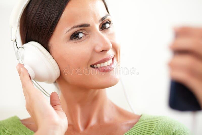 Download Glimlachende Dame Die Aan Muziek Op Hoofdtelefoons Luisteren Stock Afbeelding - Afbeelding bestaande uit levensstijl, aantrekkelijk: 54075839