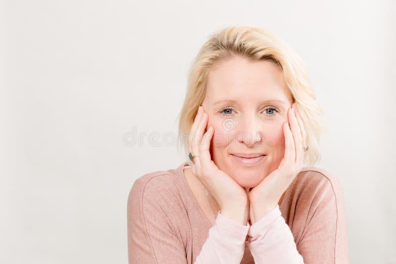 Glimlachende Dame met Chin Resting op de Ruimte van het Handenexemplaar royalty-vrije stock fotografie
