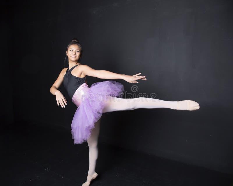Glimlachende danser arabesque royalty-vrije stock afbeeldingen