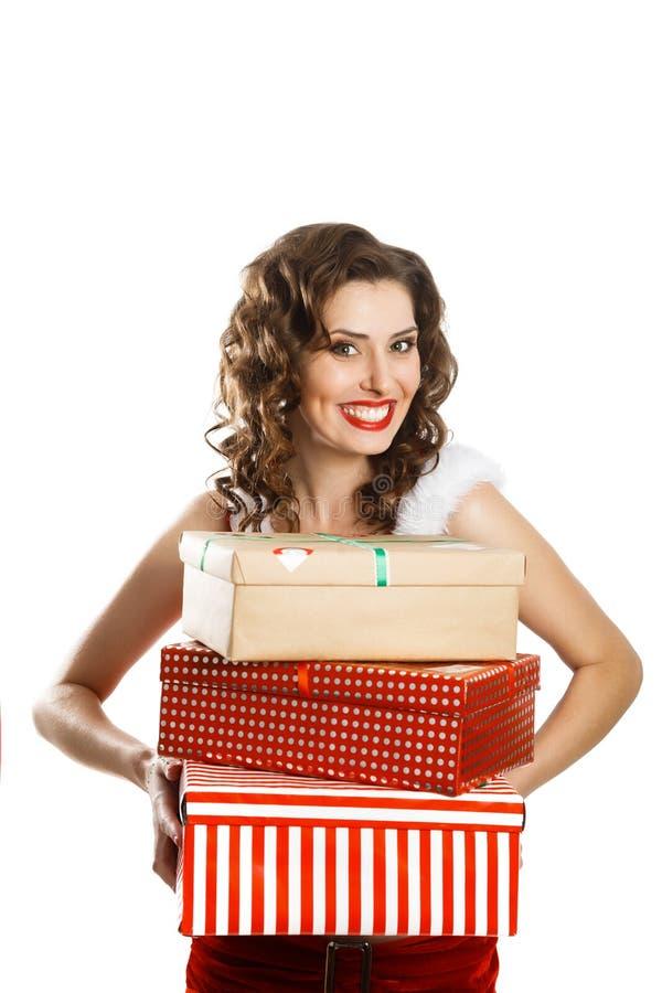 Glimlachende de holdingsgiften van de Kerstmisvrouw stock afbeelding