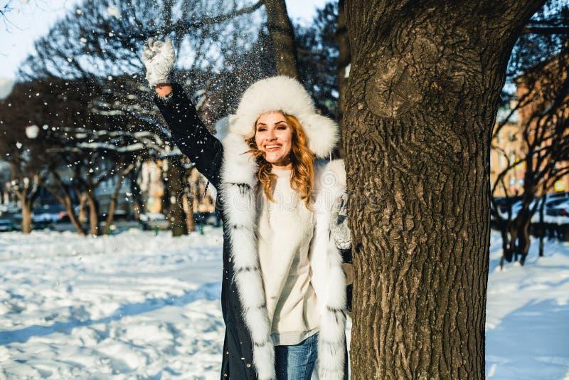 Glimlachende de wintervrouw die pret hebben openlucht stock fotografie