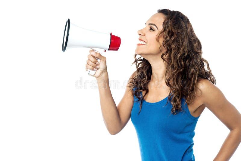 Glimlachende die vrouw met megafoon op wit wordt geïsoleerd royalty-vrije stock afbeelding
