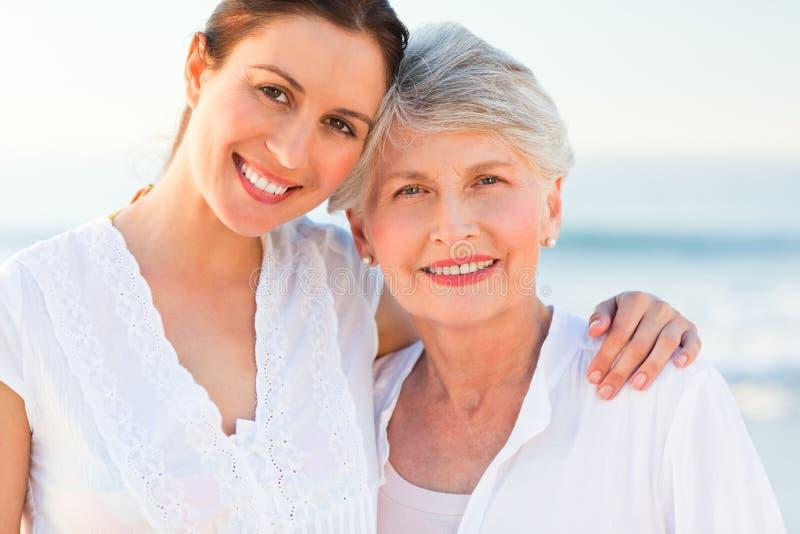 Glimlachende dochter met haar moeder royalty-vrije stock foto's