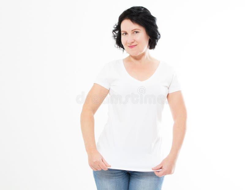 Glimlachende donkerbruine geïsoleerde vrouw in lege witte t-shirt T-shirtspot omhoog, exemplaarruimte stock afbeelding