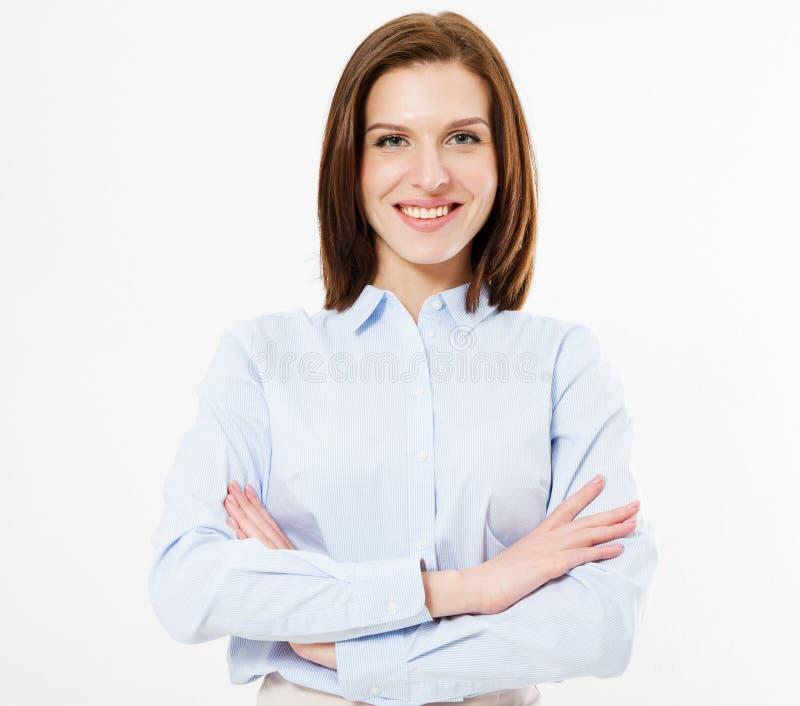 Glimlachende donkerbruine vrouw in overhemd die zich met gekruiste wapens bevinden Geïsoleerd één vrouwelijke persoon royalty-vrije stock foto's