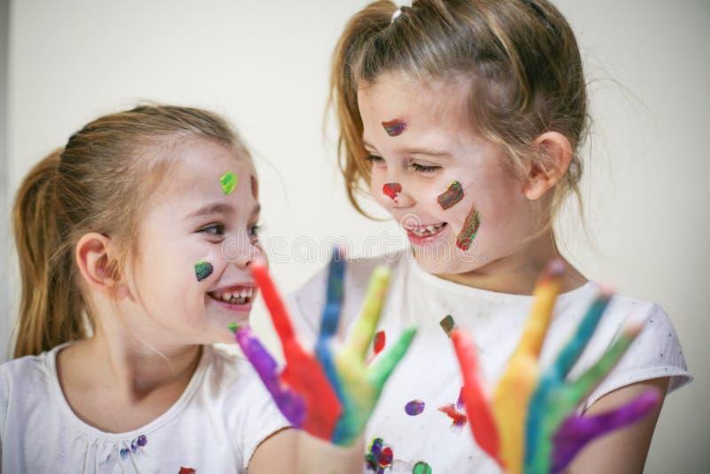 Glimlachende en gelukkige meisjes stock foto