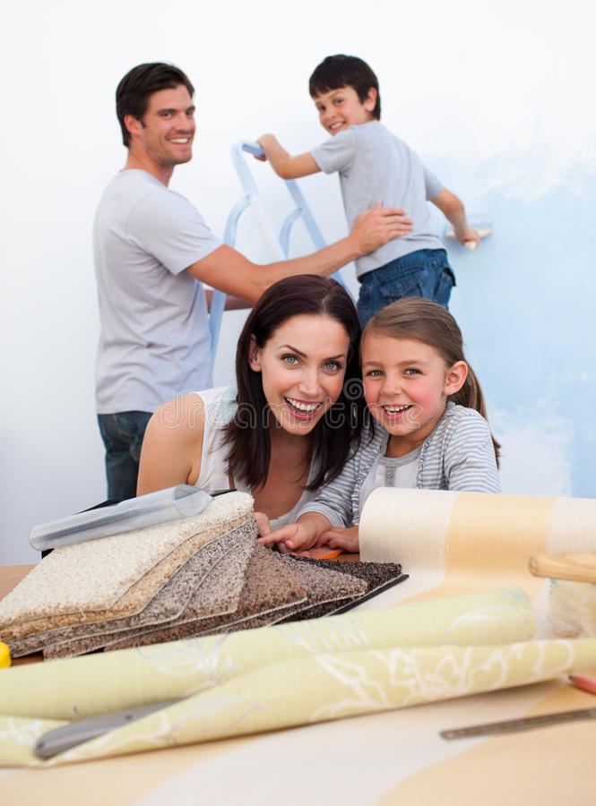 Glimlachende familie die omhoog hun nieuw huis doet