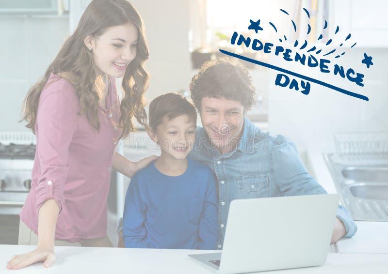 Glimlachende familie die op laptop let voor onafhankelijkheidsdag stock foto
