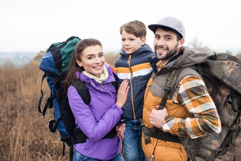 Glimlachende familie met rugzakken royalty-vrije stock foto's