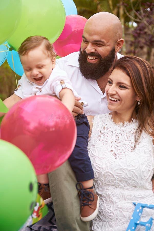 Glimlachende familie in tuin stock fotografie