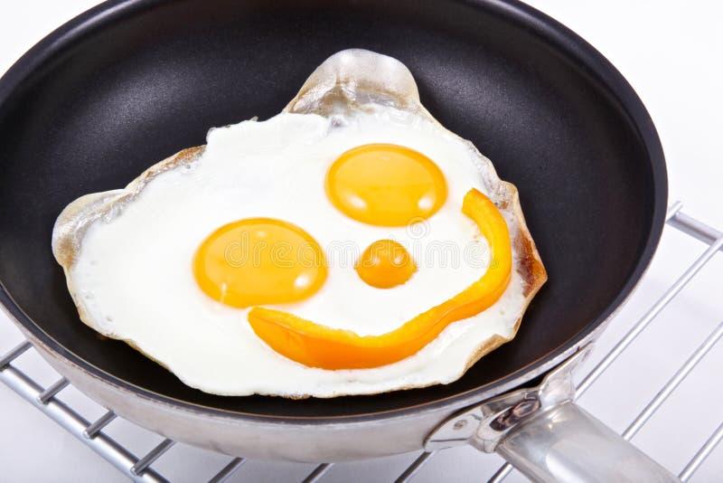 Glimlachende gebraden eieren stock foto's