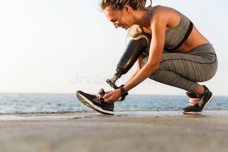 Glimlachende gehandicapte atletenvrouw stock afbeelding