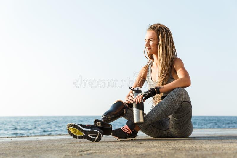Glimlachende gehandicapte atletenvrouw met prothetisch been royalty-vrije stock foto's