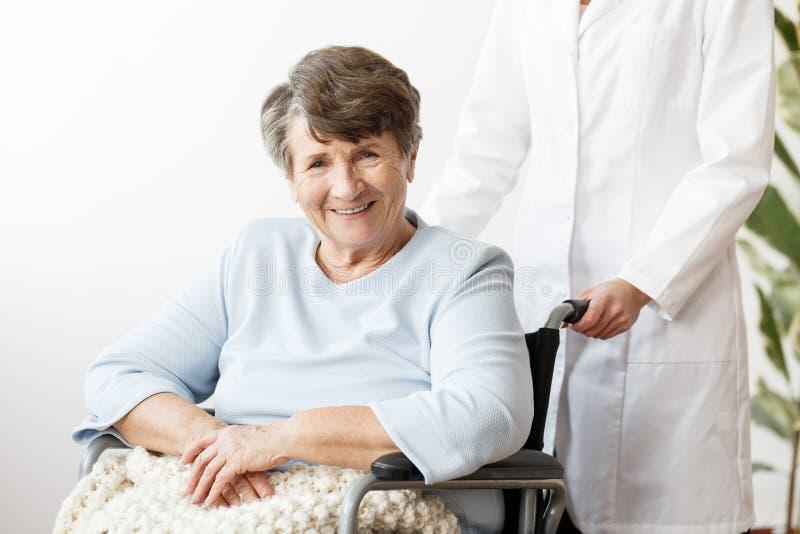 Glimlachende gehandicapte hogere vrouw royalty-vrije stock foto's