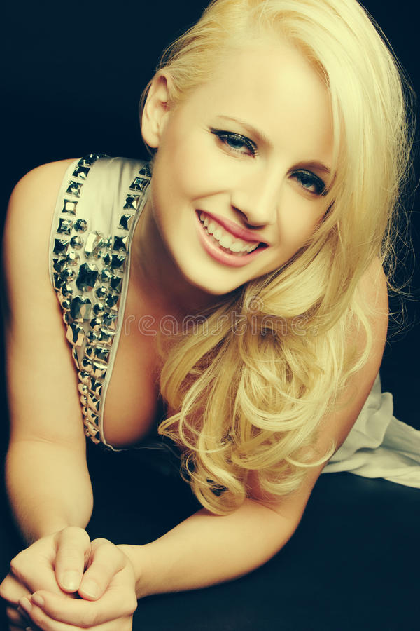Glimlachende Gelukkige Blonde Vrouw royalty-vrije stock afbeelding