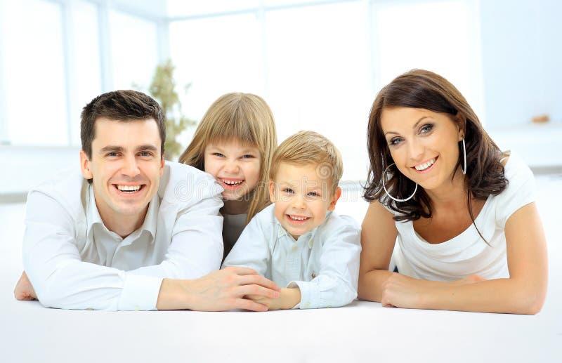Glimlachende gelukkige familie stock foto's