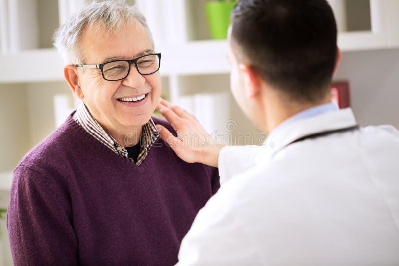 Glimlachende gelukkige geduldige bezoek arts