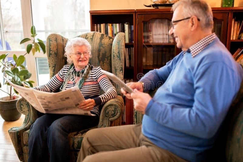 Glimlachende gelukkige hogere mensen die uit bij verpleeghuis hangen stock afbeelding