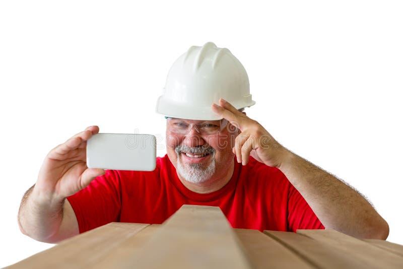 Glimlachende gelukkige houthakker die een selfie nemen op het werk stock fotografie