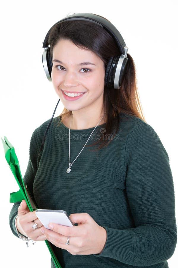 Glimlachende gelukkige jonge toevallige vrouw die haar tabletpc met behulp van stock afbeeldingen