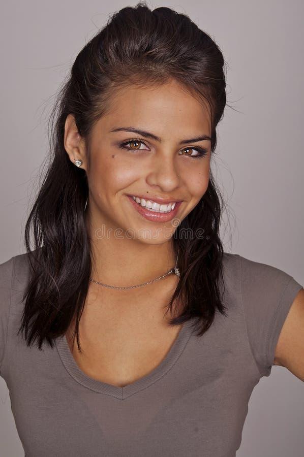 Glimlachende gelukkige jonge vrouw royalty-vrije stock afbeeldingen