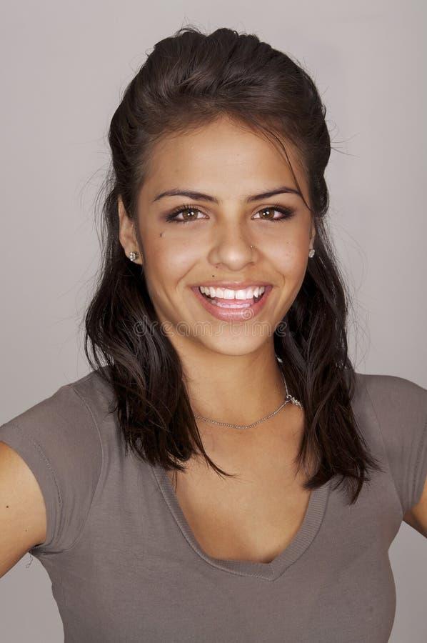 Glimlachende gelukkige jonge vrouw royalty-vrije stock afbeelding
