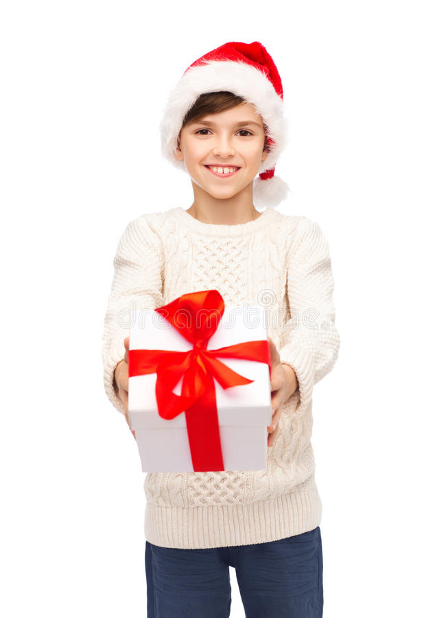 Glimlachende gelukkige jongen in santahoed met giftdoos royalty-vrije stock foto's