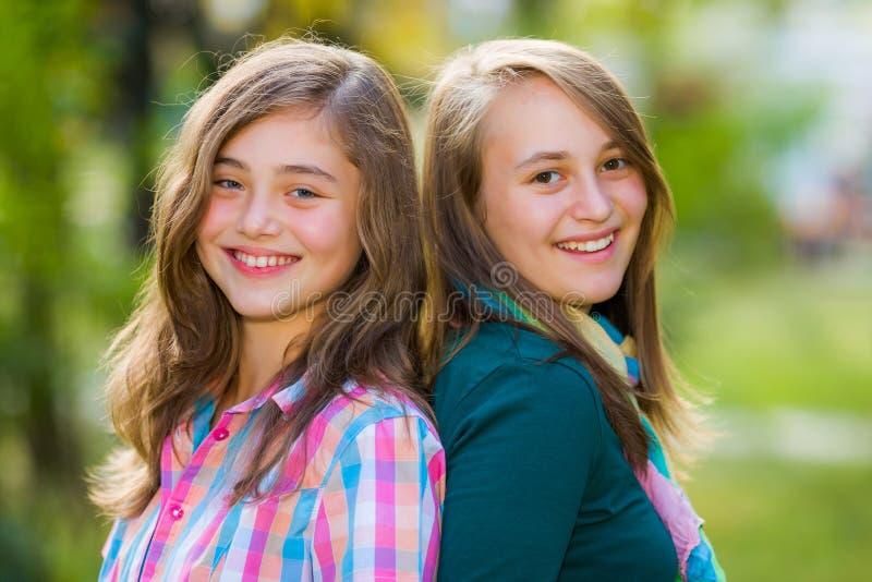 Glimlachende gelukkige tienermeisjes die pret hebben royalty-vrije stock afbeeldingen