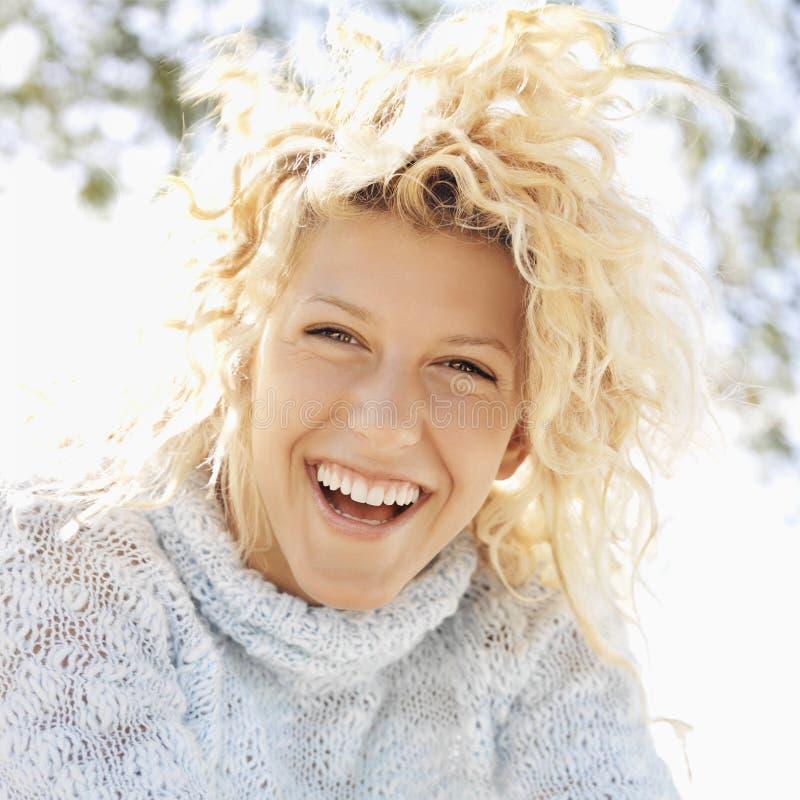 Glimlachende gelukkige vrouw royalty-vrije stock foto