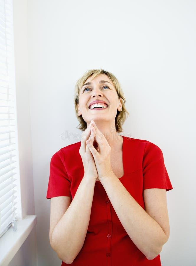 Glimlachende gelukkige vrouw. stock afbeelding