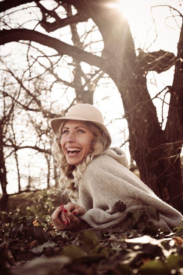 Glimlachende gelukkige vrouw in park royalty-vrije stock afbeeldingen