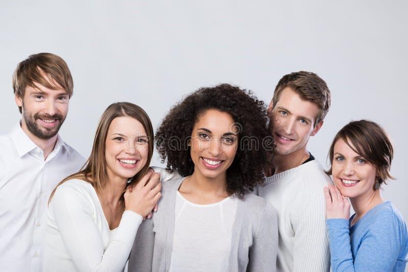 Glimlachende groep gelukkige jonge vrienden royalty-vrije stock afbeeldingen