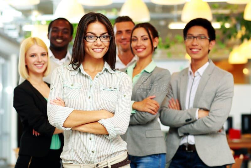Glimlachende groep medewerkers status stock fotografie