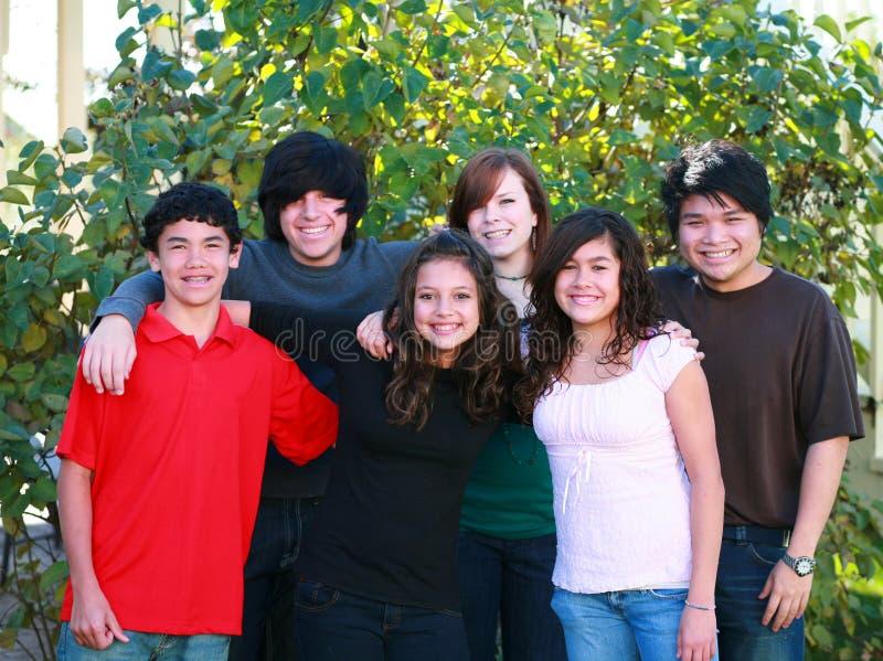 Glimlachende groep tienerjaren