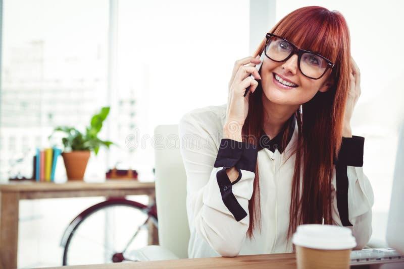 Glimlachende hipster onderneemster die een telefoongesprek hebben stock afbeeldingen