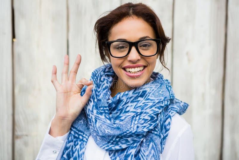 Glimlachende hipster vrouw die het o.k. teken doen stock foto's