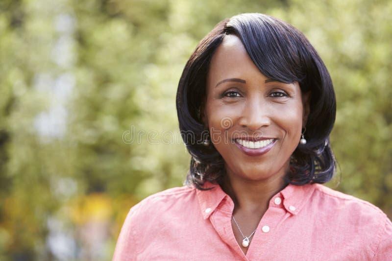 Glimlachende hogere Afrikaanse Amerikaanse horizontale vrouw, portret royalty-vrije stock fotografie