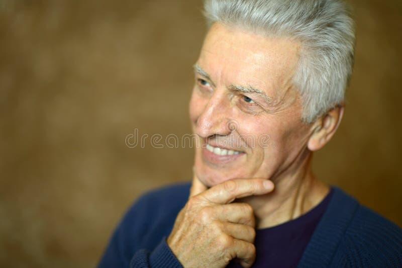 Glimlachende hogere mens royalty-vrije stock fotografie