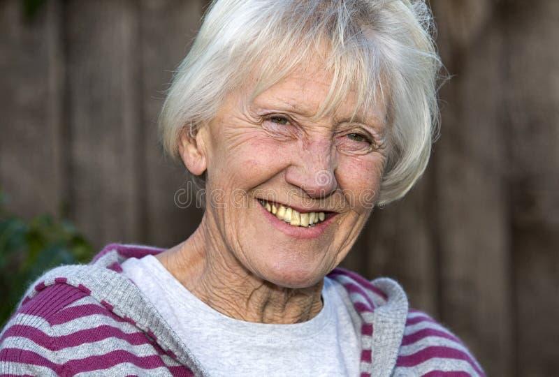Glimlachende hogere vrouw stock afbeelding