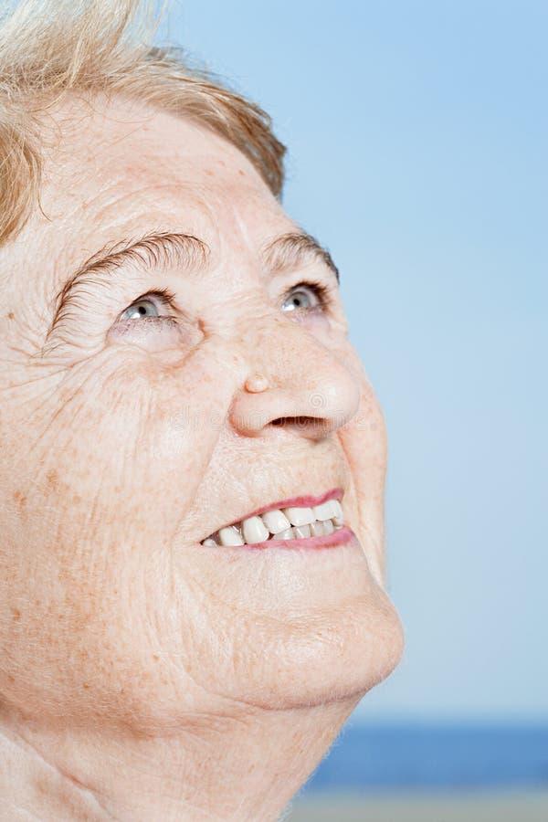 Glimlachende hogere vrouw stock foto