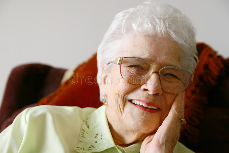 Glimlachende hogere vrouw royalty-vrije stock foto
