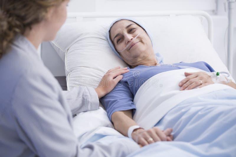 Glimlachende hogere vrouw met tumor royalty-vrije stock fotografie