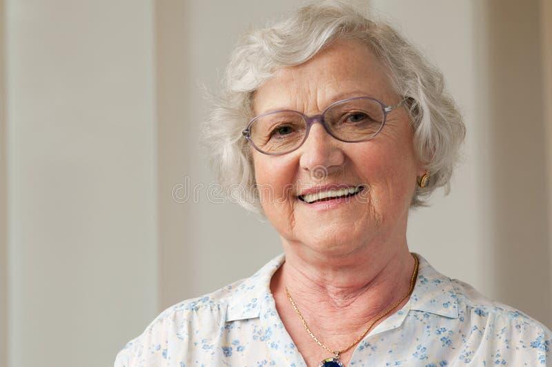 Glimlachende hogere vrouwenclose-up stock foto's