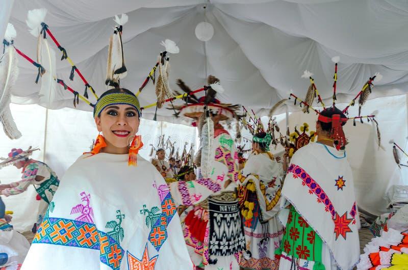 Glimlachende Huichol-Danser - Sayulita, Mexico stock afbeeldingen